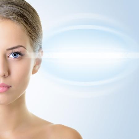 vision futuro: La cara de la mujer hermosa con acento en los ojos