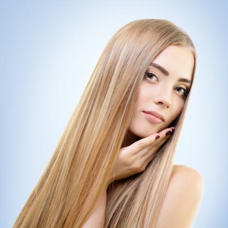 capelli biondi: Capelli. Bella legame ragazza con i capelli lunghi sani. Haicare e acconciatura.