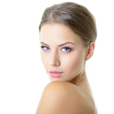 ojos hermosos: Retrato de mujer joven sobre fondo blanco Foto de archivo