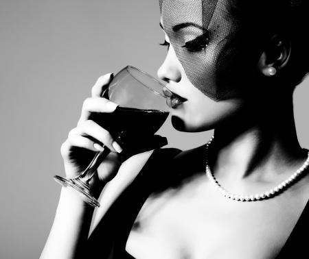 modelos negras: Retrato de una hermosa mujer joven con copa de vino, blanco y negro retro estilización