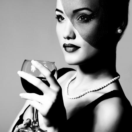 와인: 와인 글라스, 검은 색과 흰색 복고풍 양식에 아름 다운 젊은 여자의 초상화