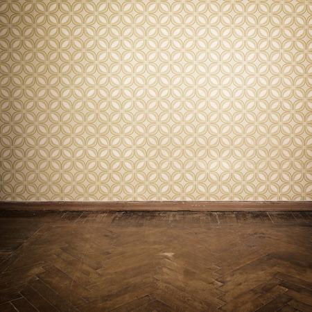 Sitio de la vendimia, apartamento vacío retro con papel pintado viejo anticuado y degradado suelo de parquet de madera, tonos Foto de archivo