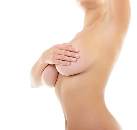 seni: Corpo di donna bella che copre il seno e mostrando ascella, su bianco
