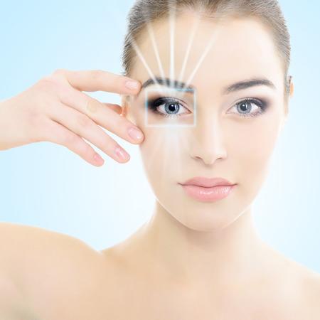 Fronte della bella donna con l'accento sugli occhi, tecnologia di scansione dell'occhio, l'assistenza sanitaria
