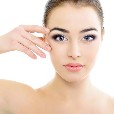 Gesicht der schönen Frau mit Akzent auf die Augen, Augen-Scan-Technologie, Gesundheitswesen, über weiß