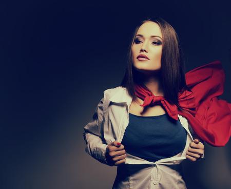 Superwoman. Fiatal, csinos nő nyitó ingét, mint egy szuperhős. Super Girl, kép tónusú. Szépség megmenti a világot. Stock fotó