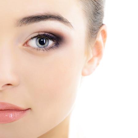 Het gezicht van de mooie vrouw met een accent op de ogen, oog scanning technologie, gezondheidszorg