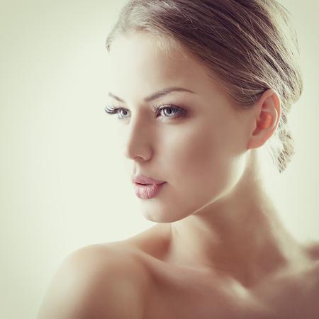 Bellezza ritratto di giovane donna con il bel volto sano, girato in studio di attraente ragazza, tonica