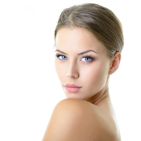 Bellezza ritratto di giovane donna con il bel volto sano con bel trucco guardando la fotocamera, girato in studio di attraente ragazza su sfondo bianco Archivio Fotografico