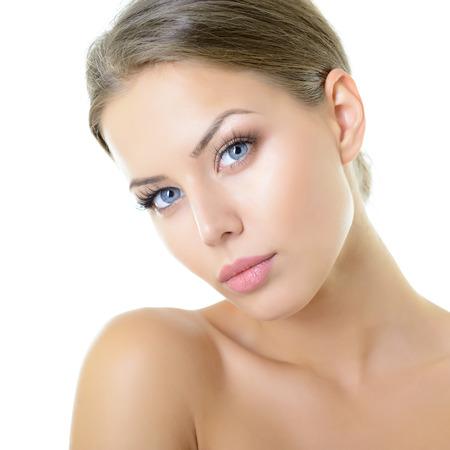 Ritratto di attraente ragazza adolescente su su sfondo bianco, bellezza ritratto di giovane donna con il bel volto sano