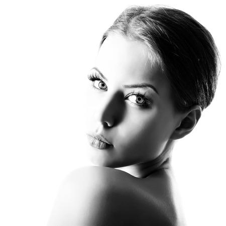 美しさの肖像画、黒と白の美しい健康的な顔を持つ若い女性の白い背景の上に魅力的な十代の少女の肖像画