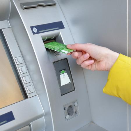 Donna che preleva denaro da carta di credito bancomat, closep mano.