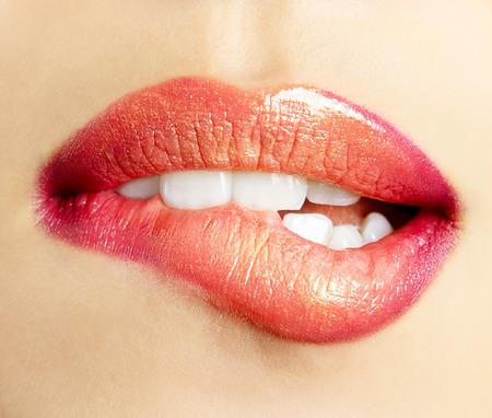 Sexy vrouwelijke rode lippen. Mooie lippen make-up.