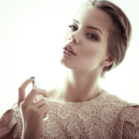 향수, 젊은 아름 다운 여자 향수 병을 들고 냄새가 향기, 톤을 가진 여자