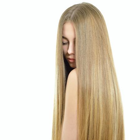 髪の毛。長い健康的な光沢のある滑らかな髪の美しい女性。白い背景の上の魅力的なブロンドの女の子。豪華な髪。髪のケア。