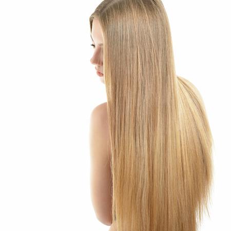 capelli lisci: Dei capelli. Bella donna con lunghi capelli lisci sani e lucidi. Attraente ragazza bionda su sfondo bianco. Capelli splendidi. La cura dei capelli. Archivio Fotografico