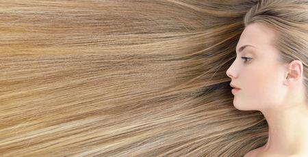 ブロンドの髪。長い健康的な髪の美しい若い女性。