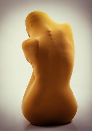 cuerpo femenino perfecto: sexy cuerpo femenino perfecto en tela amarilla, la vista atrás, la imagen en tonos Foto de archivo