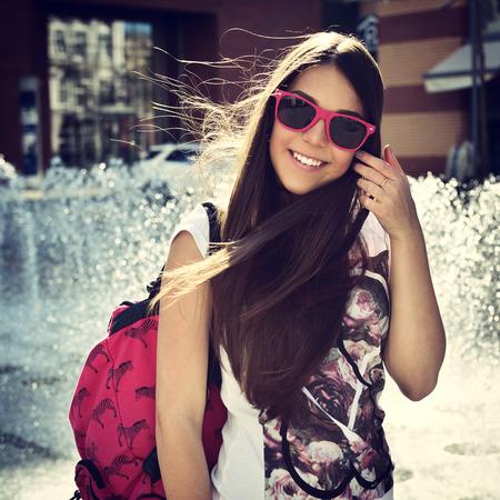 Outdoor portret o aantrekkelijke tienermeisje, afgezwakt. Stockfoto