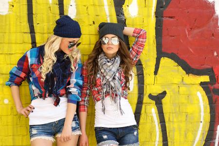 Dos amigas adolescentes se divierten juntos. Aire libre, estilo de vida urbano.