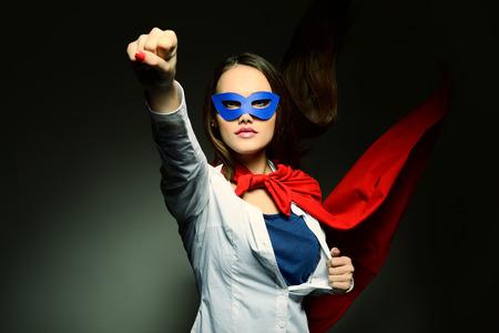 Piuttosto giovane donna che apre la sua camicia come un supereroe. Super ragazza, immagine tonica. Beauty salva il mondo. Archivio Fotografico