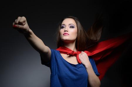 lideres: Superwoman. Mujer bonita joven abriendo su camisa como un superh�roe. Super girl, imagen entonada. Belleza salva al mundo. Foto de archivo