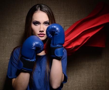 lideres: Mujer bonita joven abriendo su camiseta como un superhéroe. Super girl, imagen entonada. Belleza salva al mundo.