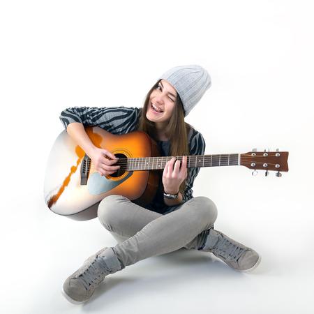 アコースティック ギターの音楽を演奏若い女性