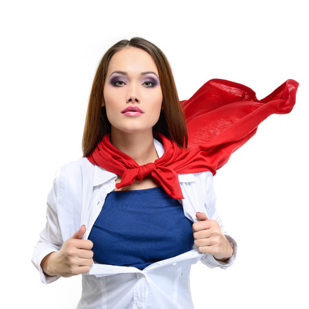 Superwoman. Mujer bonita joven abriendo su camisa como un superhéroe. Super girl, imagen entonada. Belleza salva al mundo.