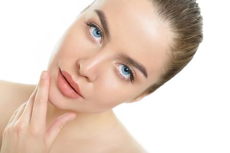 Szépség portré fiatal nő, gyönyörű, egészséges arc fölött fehér háttér
