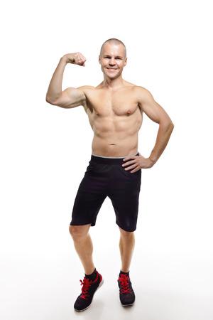cuerpo hombre: Hombre ajuste perfecto posando en el estudio