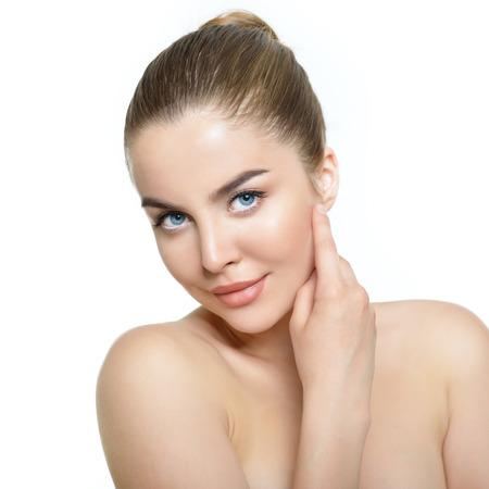 아름다움: 흰색 배경 위에 아름다운 건강한 얼굴을 가진 젊은 여자의 아름다움 초상화 스톡 콘텐츠