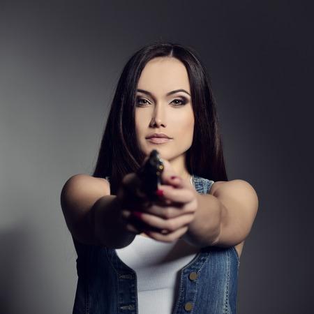 mujer con pistola: Hermosa chica con pistola Foto de archivo