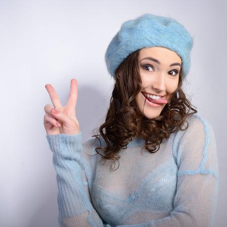 cute teen girl: Счастливый привлекательная рады подросток показывает знак победы