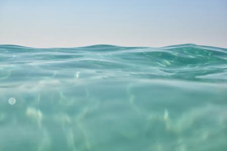 turquesa: las olas del mar turquesa limpio de cerca. la belleza natural del mar, imagen de tonos y ruido añadido. Foto de archivo