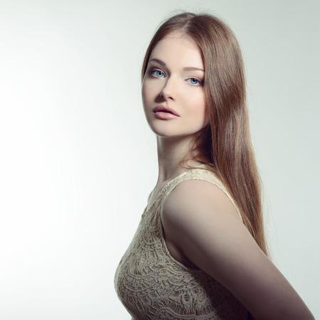 mujer bonita: Mujer guapa. Retrato de mujer joven y atractiva. Imagen de tonos.