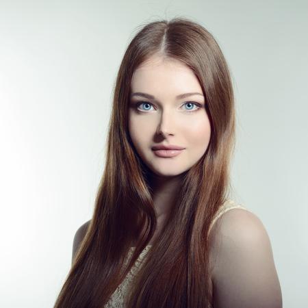 capelli lunghi: Bella donna. Ritratto di giovane donna attraente. Immagine tonica.