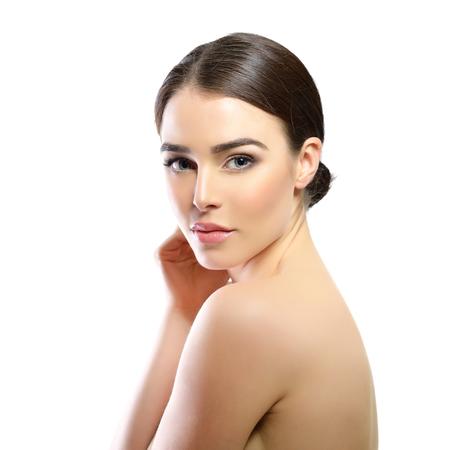 schoonheid: De schoonheid van de majestueuze vrouw. Portret van een meisje op een witte achtergrond. Schoonheidsbehandeling, schoonheidsspecialiste, spa, gezondheidszorg, lichaam en huidverzorging concept. Stockfoto