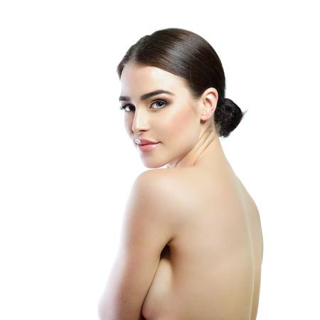 belle brune: La beaut� de la femme Majestic. Portrait de jeune fille sur fond blanc. Soins de beaut�, cosm�tologie, spa, soins de sant�, le corps et le concept de soins de la peau.