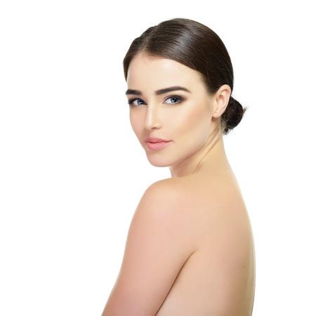 güzellik: Majestic kadının güzelliği. Beyaz zemin üzerine kızın portresi. Güzellik tedavisi, kozmetoloji, spa, sağlık, vücut ve cilt bakım kavramı.