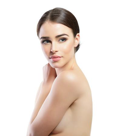 Bellezza maestosa della donna. Ritratto di ragazza su sfondo bianco. Trattamento di bellezza, cosmetologia, spa, l'assistenza sanitaria, il corpo e il concetto di cura della pelle.