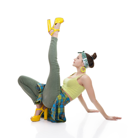 ragazze che ballano: Attractive slim teen girl posing in studio. Full length portrait of young fashion woman. Fitness dancing girl.
