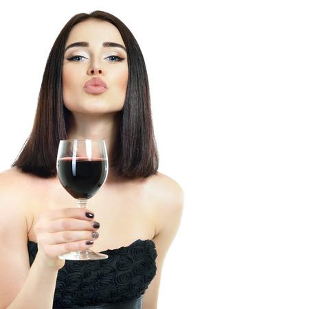 Retrato de mujer joven y bella con un vaso de vino, sobre fondo blanco
