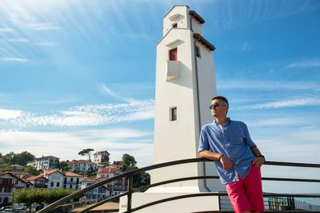 Bel homme. Portrait mâle extérieur. Homme d'âge moyen reposant au front de mer, portrait extérieur d'été, image tonique. Saint Jean de Luz, France.