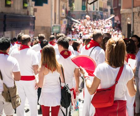 스페인, 나바라, 팜 플로 나, 2016 년 7 월 6 일, 빨간 넥타이가 달린 전통적인 흰색 abd 빨간색 의류로 San Fermin 축제를 축하합니다. 군중 스톡 콘텐츠