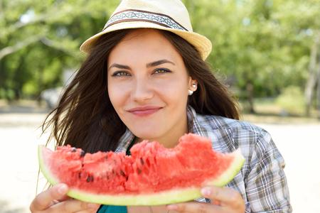 Heureuse jeune femme mangeant la pastèque Banque d'images - 88372861