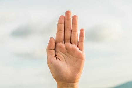 señal de stop de mano con fondo de cielo lenguaje de señas de mano