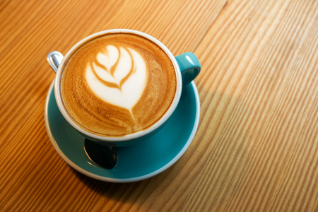 A cup latte art coffee on wood table 版權商用圖片