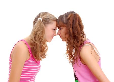 celos: dos hermanas adolescentes miraban el uno al otro aislado en blanco