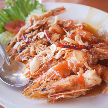 Customers order Fried Shrimp with tamarind sauce. During the trip to the beach in the famous restaurant in Thailand